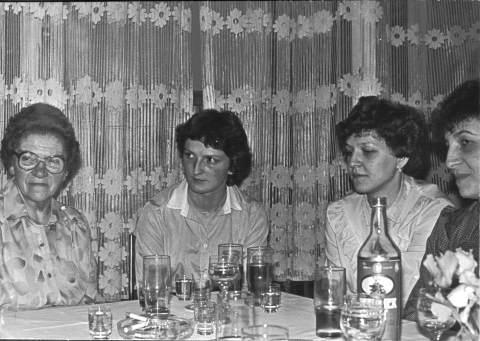 Frl. Sipp und ihre ehemaligen Schülerinnen